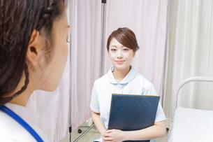 ミーティングをする医師と看護師の写真素材 [FYI04726685]