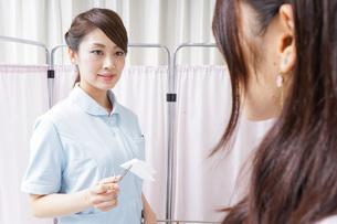 医師の補佐をする看護師の写真素材 [FYI04726689]