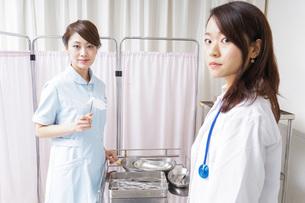 医師の補佐をする看護師の写真素材 [FYI04726690]