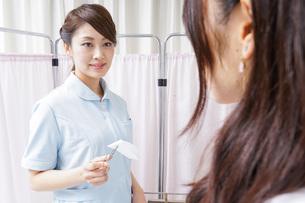 医師の補佐をする看護師の写真素材 [FYI04726695]
