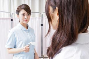医師の補佐をする看護師の写真素材 [FYI04726697]