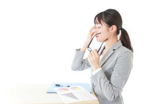 オフィスで働く若いビジネスウーマンの写真素材 [FYI04726699]