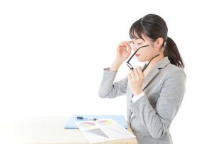 オフィスで働く若いビジネスウーマンの写真素材 [FYI04726700]