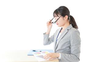 オフィスで働く若いビジネスウーマンの写真素材 [FYI04726704]