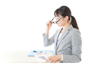 オフィスで働く若いビジネスウーマンの写真素材 [FYI04726712]