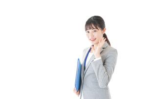 オフィスで働く若いビジネスウーマンの写真素材 [FYI04726737]