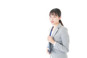 オフィスで働く若いビジネスウーマンの写真素材 [FYI04726744]
