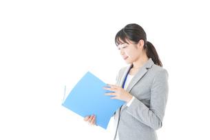 オフィスで働く若いビジネスウーマンの写真素材 [FYI04726747]