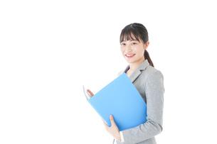 オフィスで働く若いビジネスウーマンの写真素材 [FYI04726751]
