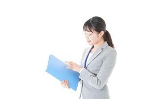 オフィスで働く若いビジネスウーマンの写真素材 [FYI04726752]