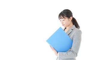 オフィスで働く若いビジネスウーマンの写真素材 [FYI04726757]
