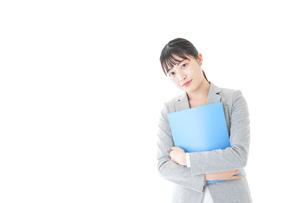 オフィスで働く若いビジネスウーマンの写真素材 [FYI04726764]