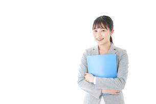 オフィスで働く若いビジネスウーマンの写真素材 [FYI04726765]