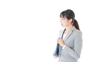 オフィスで働く若いビジネスウーマンの写真素材 [FYI04726766]