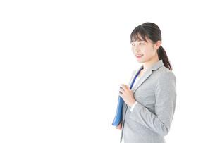 オフィスで働く若いビジネスウーマンの写真素材 [FYI04726768]