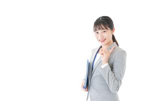 オフィスで働く若いビジネスウーマンの写真素材 [FYI04726771]