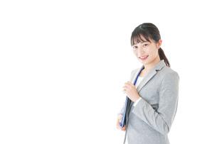 オフィスで働く若いビジネスウーマンの写真素材 [FYI04726773]