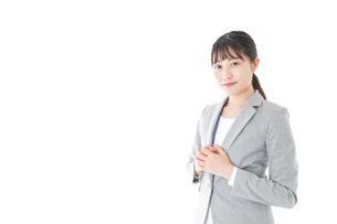 オフィスで働く若いビジネスウーマンの写真素材 [FYI04726776]