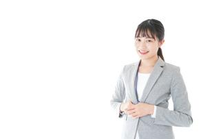 オフィスで働く若いビジネスウーマンの写真素材 [FYI04726777]