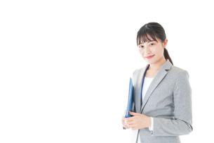 オフィスで働く若いビジネスウーマンの写真素材 [FYI04726778]