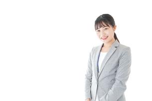 オフィスで働く若いビジネスウーマンの写真素材 [FYI04726785]