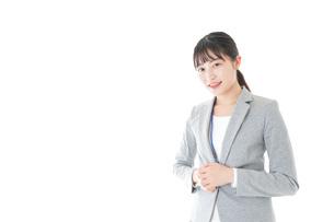 オフィスで働く若いビジネスウーマンの写真素材 [FYI04726790]