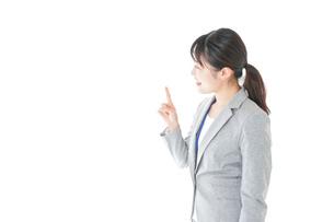オフィスで働く若いビジネスウーマンの写真素材 [FYI04726792]