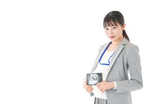 エコー画像を持つ妊娠中のビジネスウーマンの写真素材 [FYI04726864]