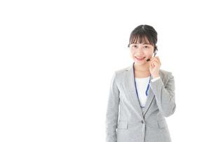 笑顔で対応をするコールセンターの女性の写真素材 [FYI04726906]