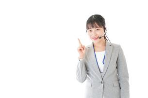 指をさすコールセンターの女性の写真素材 [FYI04726910]