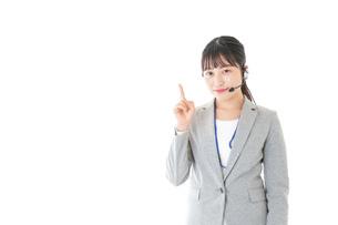 指をさすコールセンターの女性の写真素材 [FYI04726911]