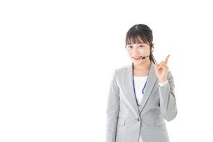 指をさすコールセンターの女性の写真素材 [FYI04726913]
