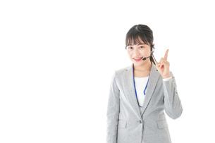 指をさすコールセンターの女性の写真素材 [FYI04726914]