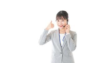 指をさすコールセンターの女性の写真素材 [FYI04726917]