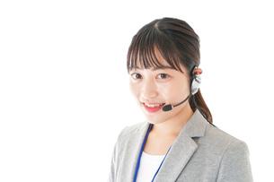 笑顔で対応をするコールセンターの女性の写真素材 [FYI04726926]
