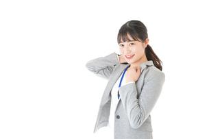 外回り営業をする若いキャリアウーマンの写真素材 [FYI04726969]