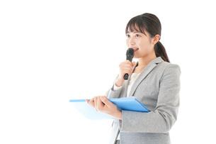 プレゼンテーション・司会をする若いビジネスウーマンの写真素材 [FYI04727013]
