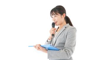 プレゼンテーション・司会をする若いビジネスウーマンの写真素材 [FYI04727014]