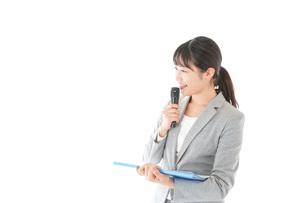 プレゼンテーション・司会をする若いビジネスウーマンの写真素材 [FYI04727016]