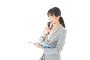 プレゼンテーション・司会をする若いビジネスウーマンの写真素材 [FYI04727017]