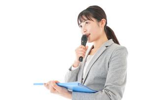 プレゼンテーション・司会をする若いビジネスウーマンの写真素材 [FYI04727018]