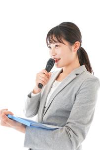 プレゼンテーション・司会をする若いビジネスウーマンの写真素材 [FYI04727020]