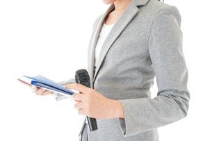 プレゼンテーション・司会をする若いビジネスウーマンの写真素材 [FYI04727021]
