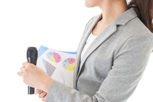 プレゼンテーション・司会をする若いビジネスウーマンの写真素材 [FYI04727024]