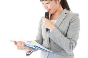 プレゼンテーション・司会をする若いビジネスウーマンの写真素材 [FYI04727029]