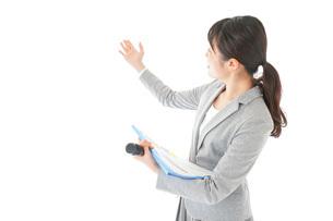 プレゼンテーション・司会をする若いビジネスウーマンの写真素材 [FYI04727031]