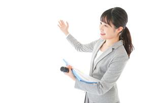 プレゼンテーション・司会をする若いビジネスウーマンの写真素材 [FYI04727032]