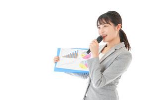 プレゼンテーション・司会をする若いビジネスウーマンの写真素材 [FYI04727033]