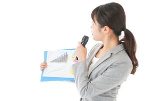 プレゼンテーション・司会をする若いビジネスウーマンの写真素材 [FYI04727034]