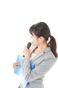 プレゼンテーション・司会をする若いビジネスウーマンの写真素材 [FYI04727035]